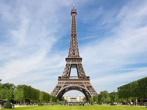 There Is A Secret Apartment At The Top Of Eiffel Tower