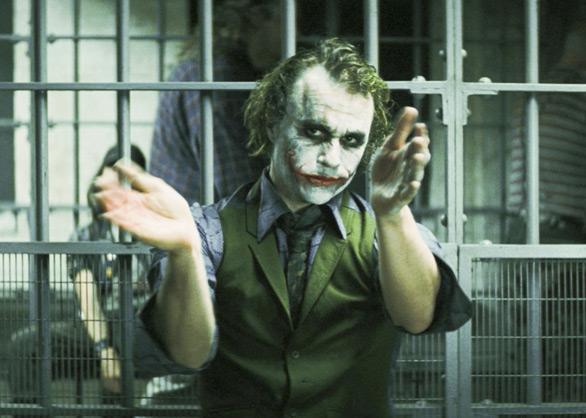 Batman  artista disegna il Joker di Heath Ledger con il sale da cucina