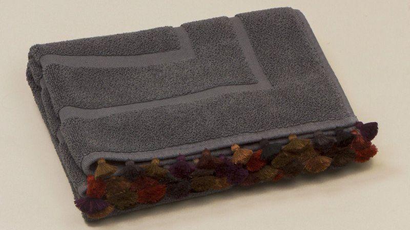 tapis de bain gris fonce soulaybis yamskaia cote maison interieur talents