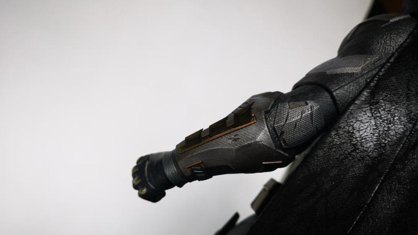 Hot Toys MMS 432 Justice League Batman Tactical Batsuit Review – Bat in Black 31