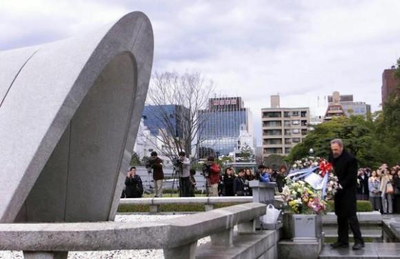El Comandante en Jefe Fidel Castro Ruz, durante su visita a la ciudad de Hiroshima, en Japón, el 3 de agosto de 2003, depositó una ofrenda floral ante el monumento a las victimas del bombardeo nuclear norteamericano ocurrido en agosto de 1945. AIN FOTO ARCHIVO/Pablo PILDAIN ROCHA