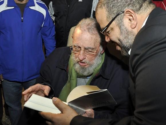 """Fidel le dedica su libro a Kcho: """"Para Kcho, genio de la cultura y la educación, con el sincero reconocimiento por la nobleza con que consagra su vida a la felicidad de los demás"""". Foto: Estudios Revolución."""