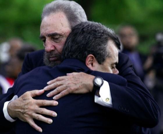 Fidel abraza a Carlos Alberto Cremata, hijo de uno de los trabajadores de Cubana de Aviación que iba en el vuelo 455, Carlos Cremata Trujillo.