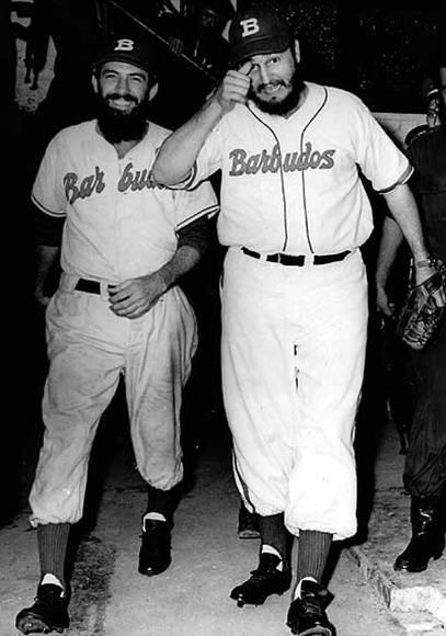 Fidel y Camilo vistiendo la franela de Barbudos en un juego amistoso de beisbol en el Estadio del Cerro contra el equipo de la Policía Militar, el 24 de julio de 1959. Foto: Sitio Fidel Soldado de las Ideas.