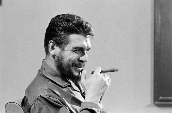 El Che Guevara en entrevista con Lisa Howard, en el Ministerio de Industrias de Cuba, en 1964. Foto: Elliott Erwitt.
