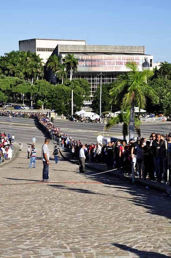 La fila terminó bien tarde anoche y hoy desde temprano se reinició. Foto. Roberto Garaicoa Martínez.