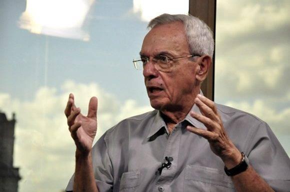Entrevista a Eusebio Leal realizada por el periodista Randy Alonso para la Mesa Redonda. Foto: Roberto Garaycoa