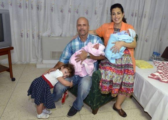 Adriana, Gerardo y Gema junto a los nuevos integrantes de la familia. Foto: Estudios Revolución.