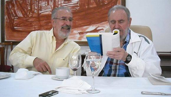 Atilio Borón y Fidel. Foto tomada de Notas.