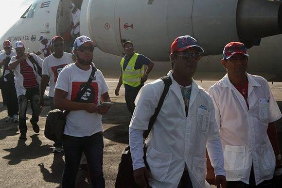 Médicos cubanos de la brigada Henry Reeve llegan al aeropuerto José Martí, luego de cumplir misión en Haití. Foto: José Raúl Concepción/ Cubadebate.