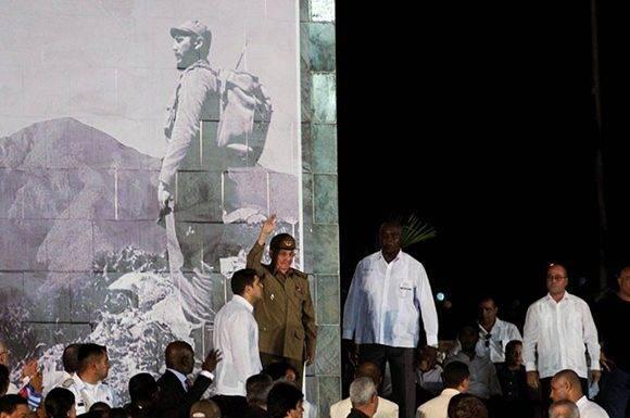 El General de Ejército Raúl Castro Ruz (C), presidente de los Consejos de Estado y de Ministros de Cuba, preside el acto político por la desaparición física del Comandante en Jefe Fidel Castro, en la Plaza de la Revolución Antonio Maceo, en Santiago de Cuba, el 3 de diciembre de 2016. Foto: Omara García/ ACN.
