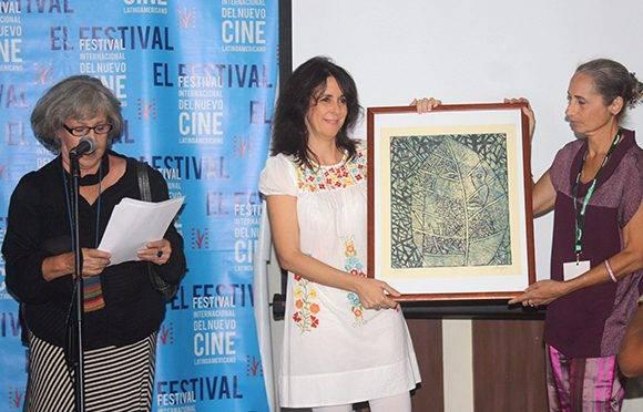Patricia Ramos debutó con su primer largometraje de ficción y se llevó dos premios colaterales. En la imagen recibe el galardón