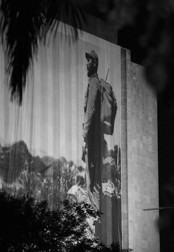 Al filo de la medianoche se dejaban ver cintas de luz en medio de la espesa oscuridad que se cernía sobre la Plaza de la Revolución, en La Habana. Foto: L Eduardo Domínguez/ Cubadebate.