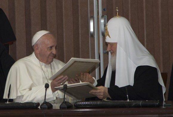 Intercambio de regalos entre el Papa Francisco y el Patriarca Kirill. Foto: Ismael Francisco/ Cubadebate
