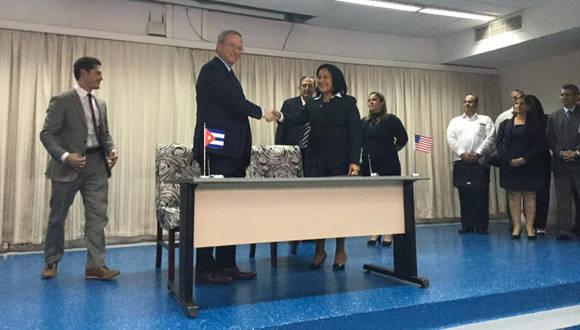 En el acto estuvieron presentes Eric Schmidt, presidente ejecutivo de Google, y Mayra Arevich Marín, presidente ejecutivo de ETECSA. Foto: Oscar Figueredo Reinaldo/ Cubadebate.