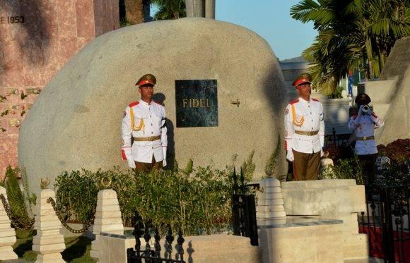 El mausoleo es una piedra pulida, igual que las que abundan en los márgenes del Río Cauto, solo que esta es de granito y proviene del yacimiento de Las Guásimas, al este de Santiago de Cuba. Foto: Marcelino Vásquez Hernández/ ACN