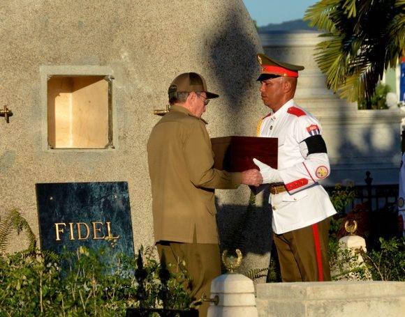 Raúl recibe la urna donde están las cenizas de Fidel. Foto: Marcelino Vázquez Hernández/ ACN