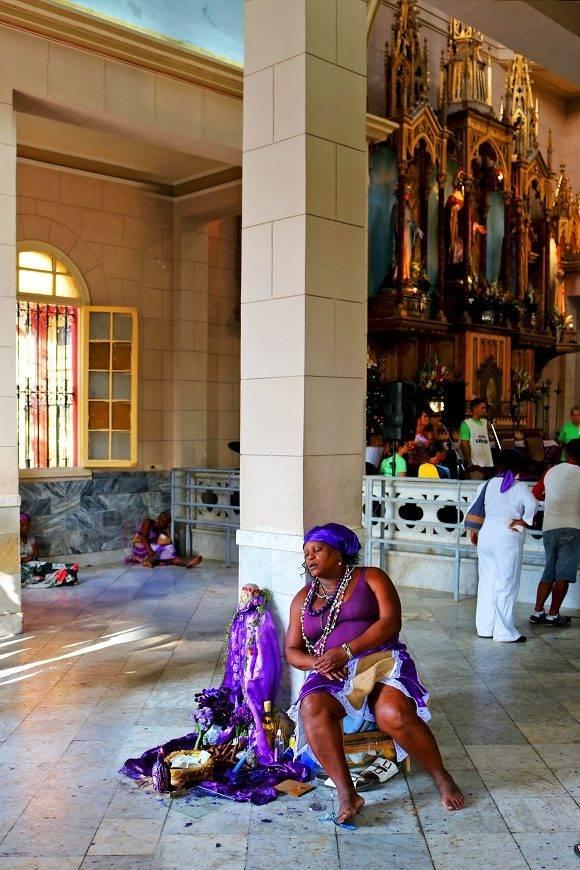 Aunque la misa se celebra el 17 de diciembre a las 12 de la noche, desde muy temprano en la mañana del 16 comienzan a congregarse los fieles en el santuario dispuestos a pasar todo el día en espera, todo por participar en el magno homenaje anual que se le realiza a San Lázaro. Foto: Darío Gabriel Sánchez García/CUBADEBATE.