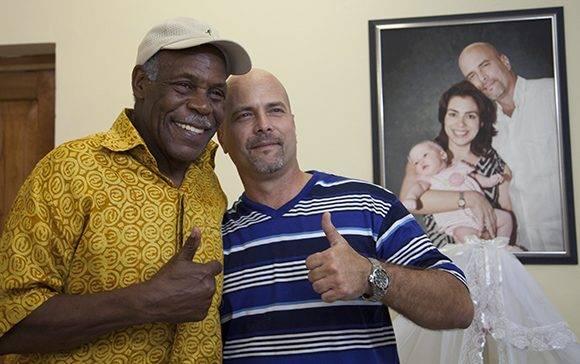 Danny Glover junto al héroe cubano Gerardo Hernández, en La Habana. Foto: Ladyrene Pérez. Cubadebate.