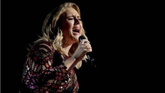 https://i0.wp.com/media.cubadebate.cu/wp-content/uploads/2017/02/Adele-canta-Hello-en-los-Grammy-580x326.jpg