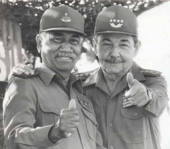 El 16 de abril de 1995, Día del Miliciano, Raúl y Almeida compartieron el júbilo con los tanquistas en su aniversario victorioso.. Foto tomada de Granma.