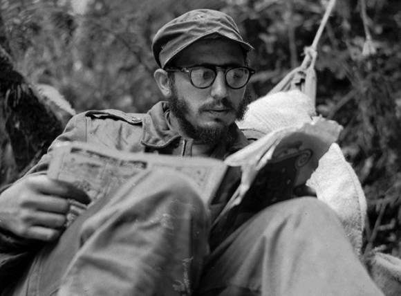 Fidel era un ávido lector y estimulo el hábito de la literatura en el pueblo cubano. La imagen es de 1957 en la Sierra Maestra. Fuente. Fidel Soldado de las Ideas.