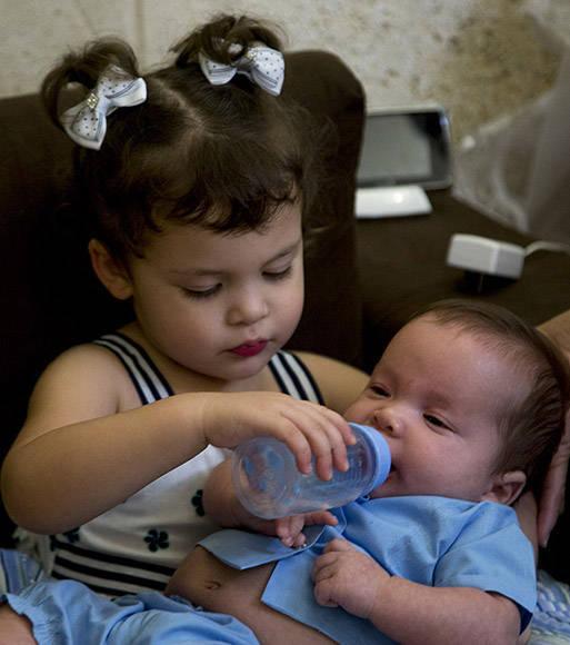 Gema participa de la atención a sus hermanito. Foto: Ismael Francisco/Cubadebate.