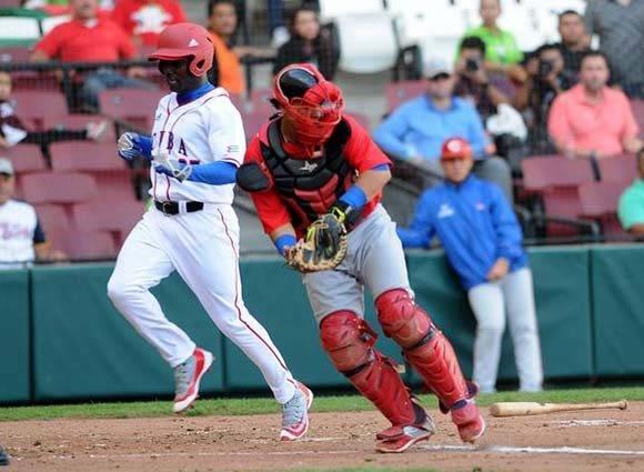 Denys Laza, de los Alazanes de Granma,  anota la primera carrera para Cuba en el juego contra los Criollos de Caguas, de Puerto Rico, en la LIX Serie del Caribe de Béisbol, en el estadio de los Tomateros de Culiacán, México, el 3 de febrero de 2017.  ACN  FOTO/Ricardo LÓPEZ HEVIA/sdl