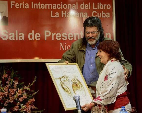 Abel Prieto, Ministro de Cultura, en la entrega del Premio Nacional de Literatura 2016 a la escritora Margarita Mateo Palmer. Foto: ACN/ Rafael Hernández.