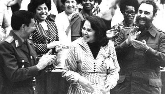 Participa en la clausura del III Congreso de la Federación de Mujeres Cubanas, a su lado Vilma Espín Guillois, Secretaria de la FMC y el General de Ejército Raúl Castro Ruz, 8 de marzo de 1980. Foto: Sitio Fidel Soldado de las Ideas/ Diario Juventud Rebelde.