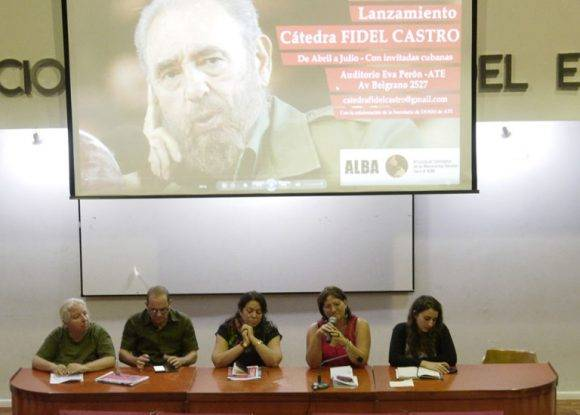 De izquierda a derecha: Claudia Korol, Embajador Orestes Pérez, Yohanka León, Marilín Peña y Aldana Martino. Foto tomada de Resumen Latinoamericano.