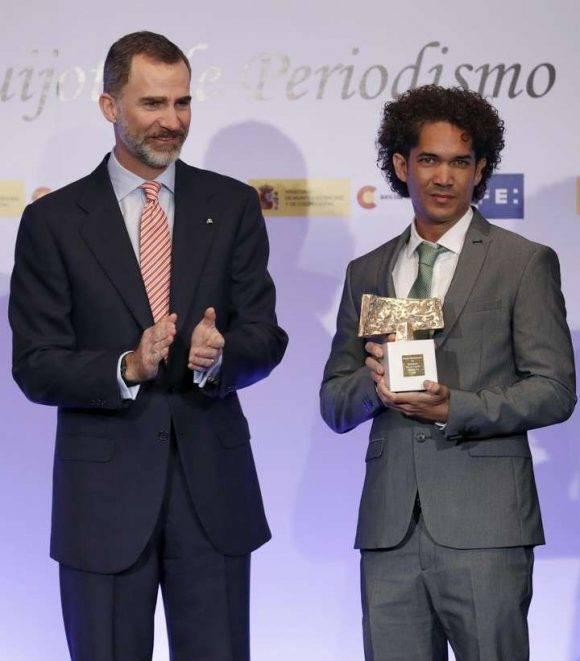 Yander Zamora recibe el premio Rey de España. Foto: EFE.