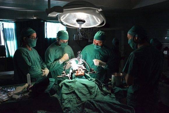 Cirugía funcional del Pakinson mediante la técnica esterotáxica, llevada a cabo por un equipo multidisciplinario en el Hospital Clínico Quirúrgico Lucía Íñiguez Landín de la ciudad de Holguín, Cuba, el 20 de febrero de 2017. ACN FOTO/Juan Pablo CARRERAS