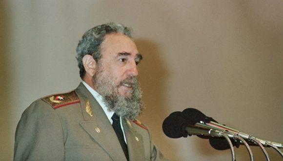 """Fidel pronuncia discurso en la Clausura del VII Festival Internacional del Nuevo Cine Latinoamericano, efectuada en el Teatro """"Karl Marx"""". Foto: Estudios Revolución."""