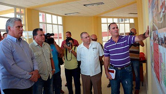 Miguel Díaz-Canel  comprueba las labores constructivas de la ampliación del Hospital Provincial Doctor Antonio Luaces Iraola, a su izquierda Raúl Pérez Carmanate, presidente provincial del Poder Popular, en Ciego de Ávila. Foto: ACN/ Osvaldo Gutiérrez.