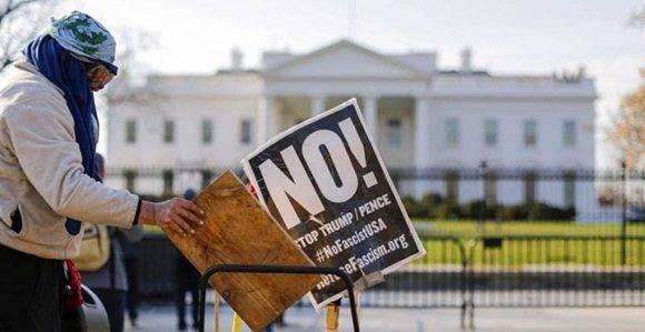 Una persona se manifiesta contra Donald Trump delante de la Casa Blanca. | ERIK S. LESSER (EFE)