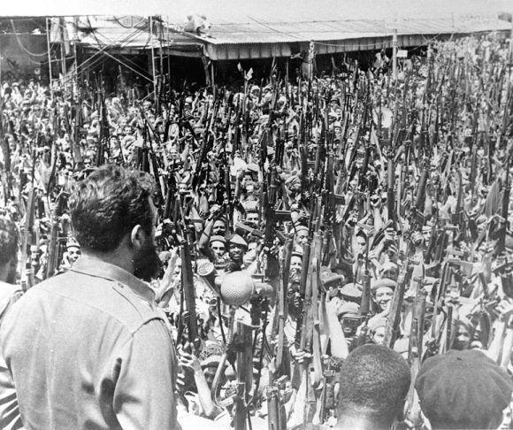 Fidel Castro pronuncia discurso en la despedida de las víctimas de bombardeo contra los aeropuertos cubanos. Fecha: 16/04/1961. Tomado de Fidel Soldado de las Ideas .