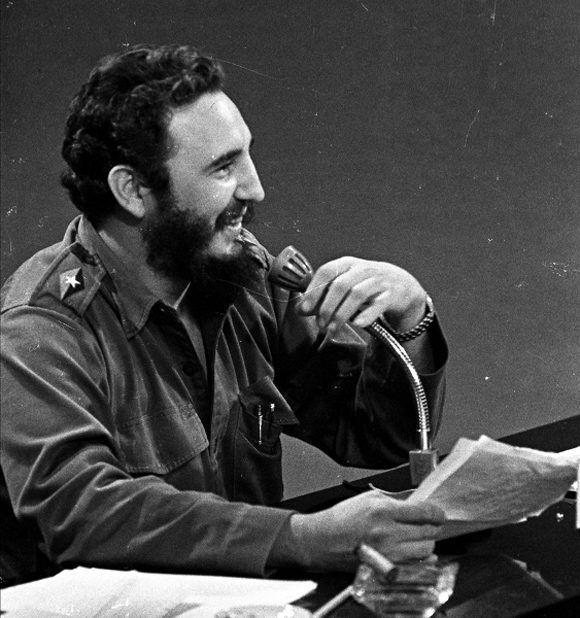 Durante una comparecencia en la televisión cubana para explicar al pueblo la injusta expulsión de Cuba como miembro de la Organización de Estados Americanos (OEA), suceso ocurrido ese mismo día. Autor: Liborio Noval/ Fidel Soldado de las Ideas, 22/01/1962