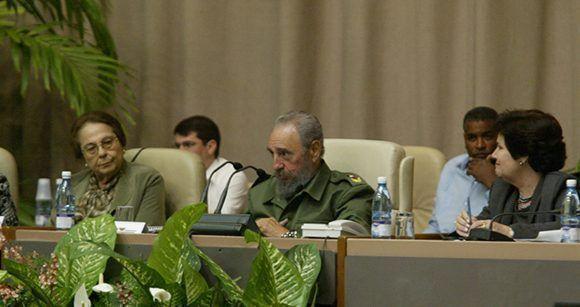 Fidel acto por al Día Internacional de la Mujer junto a Vilma Espín, presidenta de la Federación de Mujeres Cubanas en el Palacio de Convenciones, 8 de marzo de 2005. Foto tomada de Fidel Soldado de las Ideas.