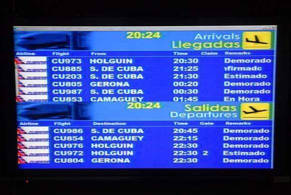 Pizarra informativa que muestra la demora en todas las salidas de la aerolínea Cubana de Aviación por la Terminal de vuelos nacionales del Aeropuerto Internacional José Martí, de Rancho Boyeros, en La Habana, Cuba, el 6 de noviembre de 2015. ACN FOTO/Juan Pablo CARRERAS/sdl