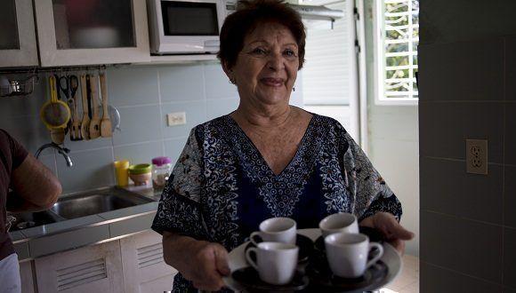 """""""Café, del bueno"""", dice Paula acercándonos las tasas. Foto: Ismael Francisco/ Cubadebate."""