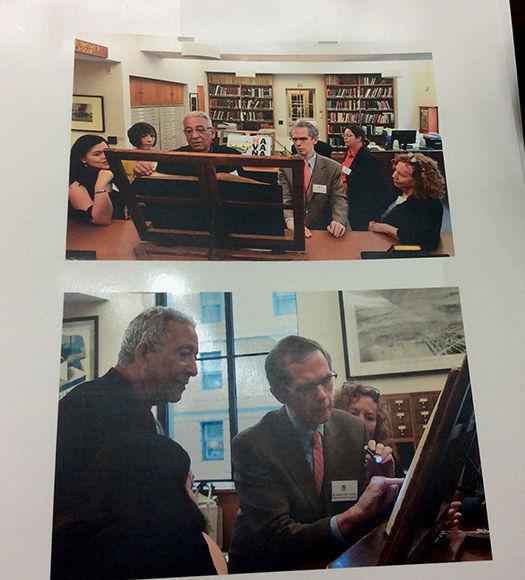 Profesionales del Boston Ateneum entregan el Atlas Teatrum Orbis Terrarum al director de la Biblioteca Nacional, Eduardo Torres Cuevas. Foto: Cortesía de la Biblioteca Nacional.