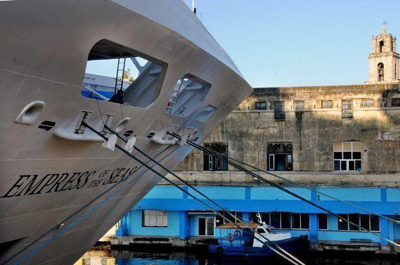 """El Crucero Empress of the Seas, a su llegada a la Terminal de Cruceros """"Sierra Maestra"""", en La Habana. Foto: Omara García/ ACN."""