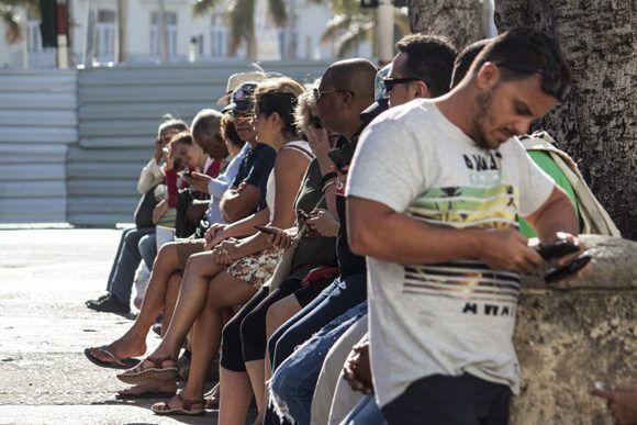 Fieles a la Wifi. Foto: L Eduardo Domínguez/ Cubadebate.