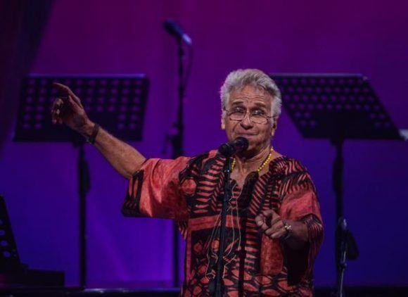 El cantante y compositor cubano Bobby Carcassés, durante la gala con motivo del Día Internacional del Jazz, en el Gran Teatro de La Habana Alicia Alonso, Cuba, el 30 de abril de 2017.   ACN FOTO/Marcelino VÁZQUEZ HERNÁNDEZ