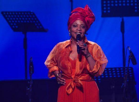 La cantante estadounidense Cassandra Wilson, durante la gala con motivo del Día Internacional del Jazz, en el Gran Teatro de La Habana Alicia Alonso, Cuba, el 30 de abril de 2017.   ACN FOTO/Marcelino VÁZQUEZ HERNÁNDEZ