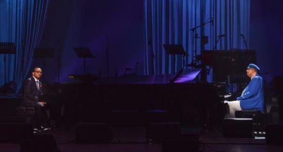 Los pianistas cubanos Chucho Valdés (D) y Gonzalo Rubalcaba (I), durante la gala con motivo del Día Internacional del Jazz, en el Gran Teatro de La Habana Alicia Alonso, Cuba, el 30 de abril de 2017.   ACN FOTO/Marcelino VÁZQUEZ HERNÁNDEZ