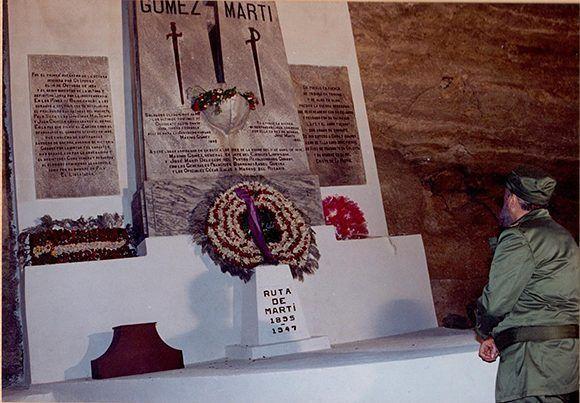 En una visita a la Playita de Cajobabo donde desembarcaron José Martí y Máximo Gómez, 11 de abril de 1995. Foto: Periódico Trabajadores/ Fidel Soldado de las Ideas