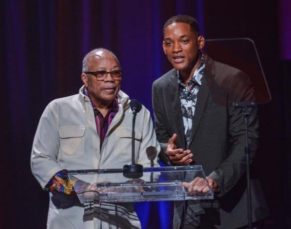 El compositor, arreglista, director y productor norteamericano Quincy Jones (I), junto al actor norteamericano Will Smith (D), durante la gala con motivo del Día Internacional del Jazz, en el Gran Teatro de La Habana Alicia Alonso, Cuba, el 30 de abril de 2017.  ACN FOTO/Marcelino VÁZQUEZ HERNÁNDEZ