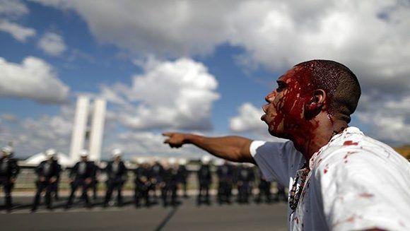 Un manifestante herido en la cabeza durante la protesta de este 24 de mayo en Brasilia. Foto: Reuters.
